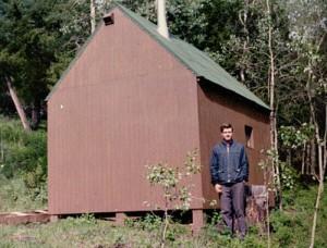 Ted przed swoją chatką wMontanie