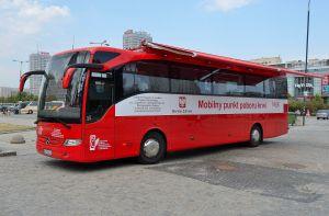 Mobilny_punkt_poboru_krwi_plac_Defilad_w_Warszawie