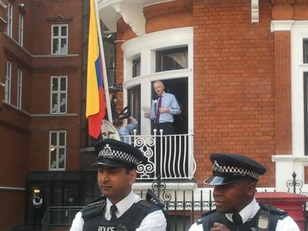 Assange przemawiający nabalkonie ambasady Ekwadoru wLondynie, 2012. Fot. wl dreamer Wikimedia Commons.jpg